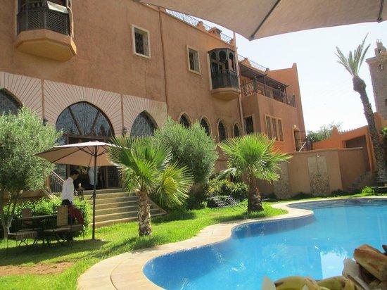 Hotel Temple des Arts: Poolside gardens