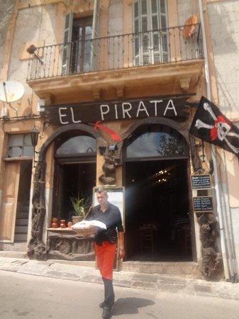 El Pirata: Service über die Strasse ist kein Problem, da kein Verkehr!