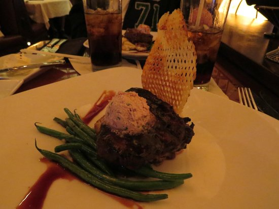 Hollywood Brown Derby : Best Steak I had on property