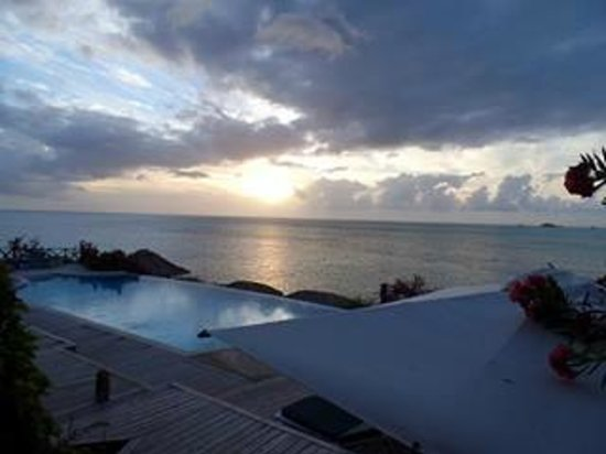 Cocobay Resort : Sunset from the main bar.