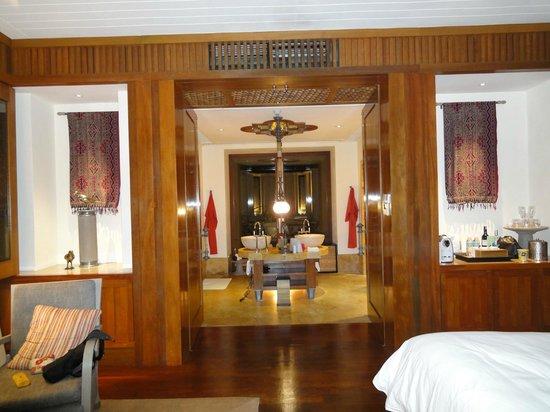 Four Seasons Resort Langkawi, Malaysia : Hallway to outdoor jacuzzi & bathroom