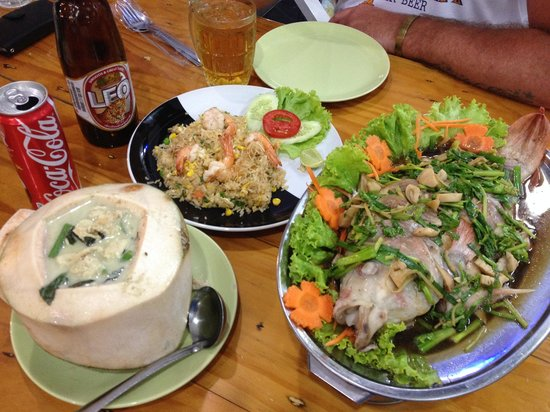 Asma Restaurant: Shrimp fried rice, green curry in coconut, Steamed Snapper