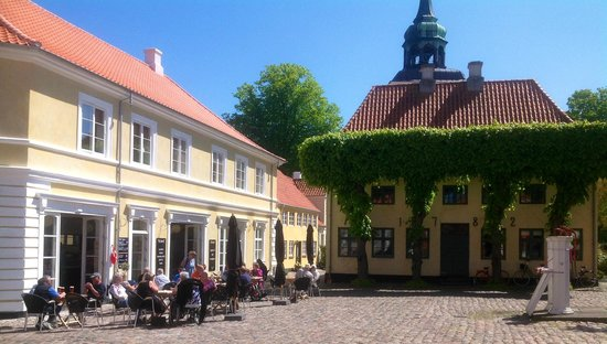 Paa Torvet Cafe: Café with outdoor service at the old town square