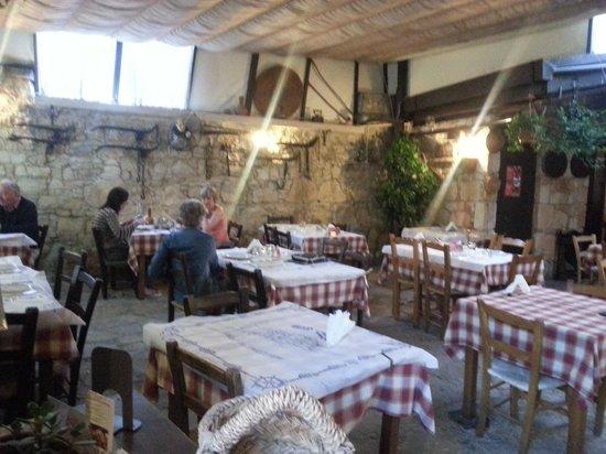 Lofou Agrovino: Theoutside  restaurant (roof closed)
