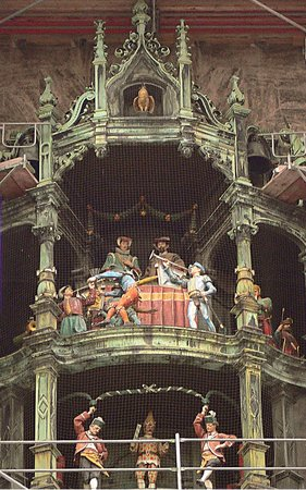 Neues Rathaus: Куранты с фигурами на башне Ратхауса