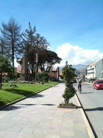 XIMA Cusco Hotel: La via con l'hotel a destra sullo sfondo