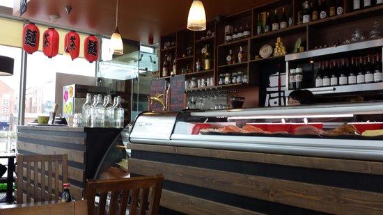 J2 grill & Sushi bar: Sushi making