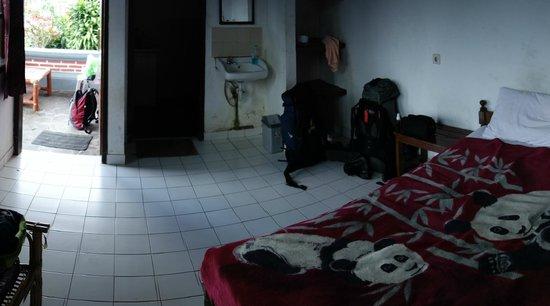 Ashram Home Stay-Hotel: Chambre immonde