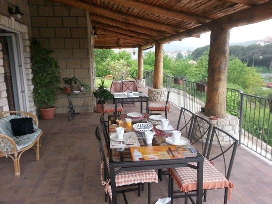 Le Rocce: Breakfast (outside)
