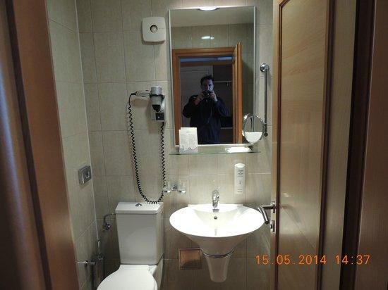 Aminess Grand Azur Hotel : Grand, Orebic, Croatia - bathroom (a bit spartan)