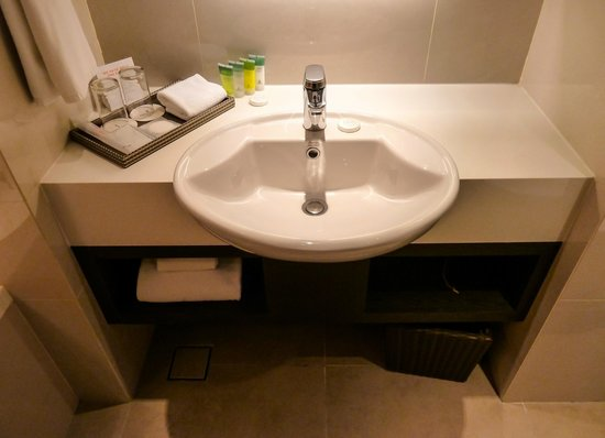 Sama-Sama Hotel KL International Airport: The sink with Green Tea Extract bathroom amenities, Sama-Sama Hotel KLIA