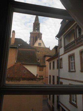 Hôtel des Arts: A Catedral pode ser vista pelas janelas do quarto.