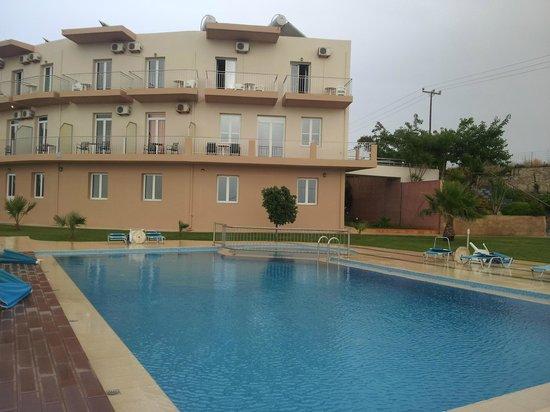 Renieris Hotel: Hotel and pool