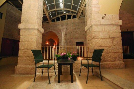 Dar Al Balad Hotel: Corridor Table
