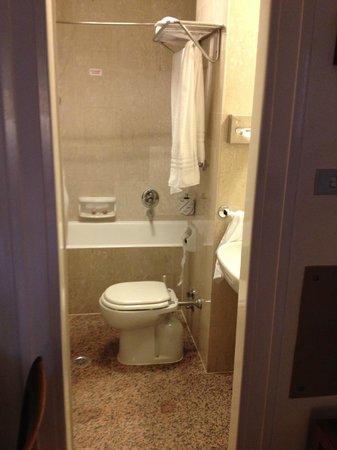 Bettoja Atlantico Hotel: Decent bathroom - there's a bit behind the door, too