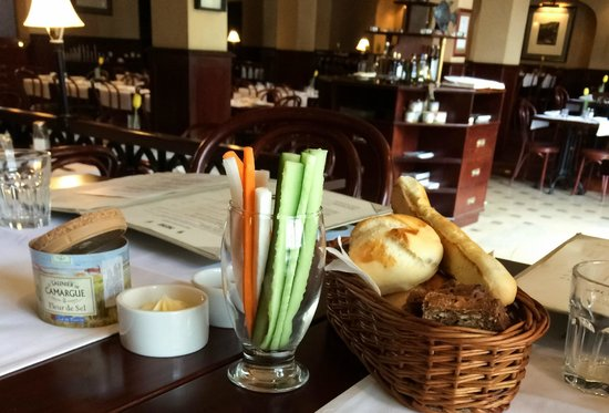 Szara  Kazimierz : Bread + vegetables (while waiting for starters)