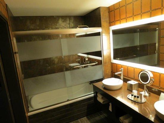 Golden Nugget Hotel: bath