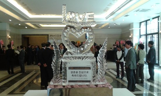 Castle Hotel Suwon: Castle Hotel ice sculpture at sons wedding