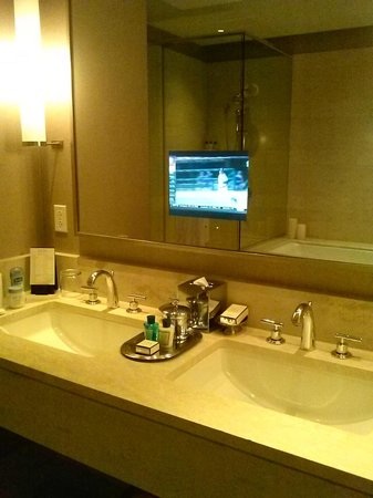 Trump International Hotel & Tower Chicago: watch tv while in tub