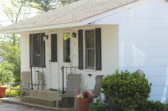 Mattituck Motel: The outside of the cottage