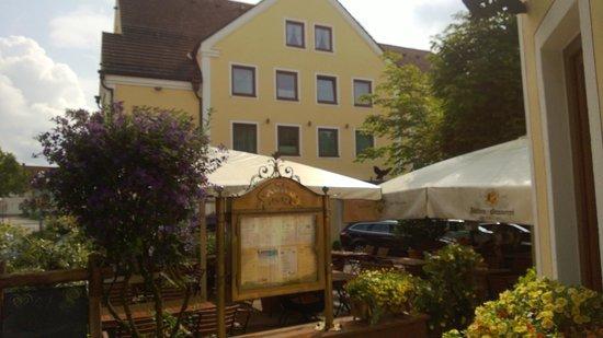 Hotel Gasthof Adler: Aussicht auf das Hotel vom Biergarten aus.