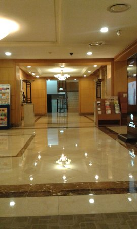 Castle Hotel Suwon: Castle Hotel foyer to lifts