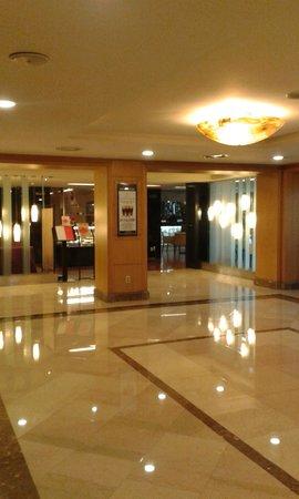 Castle Hotel Suwon: Castle Hotel foyer to restaurant