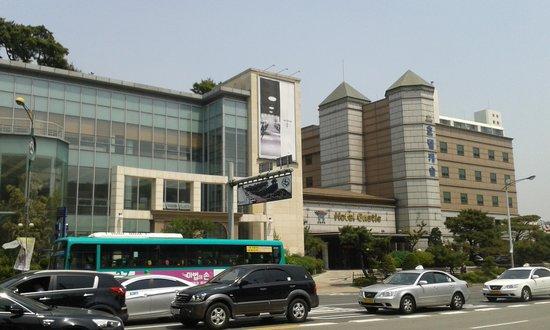 Castle Hotel Suwon: Castle Hotel wedding venue from street