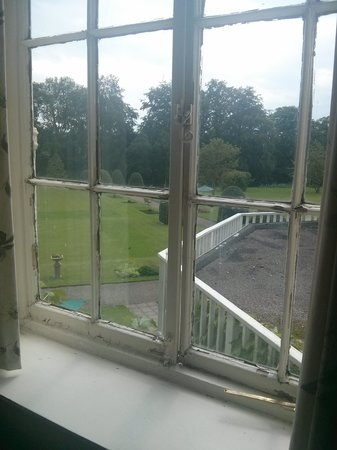 The Ripon Spa Hotel: lovely rotten and brokeb window