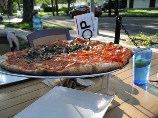 Pete's New Haven Style Apizza: Outdoor seating - along Fessenden Street