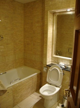 The Johnstown Estate Hotel: bathroom