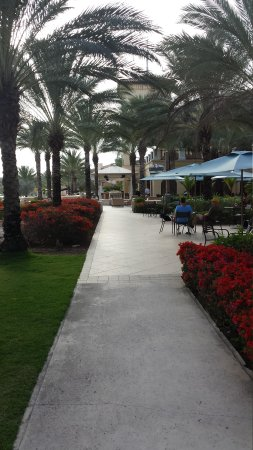 Santa Barbara Beach & Golf Resort, Curacao: Walkway with cafe on the right