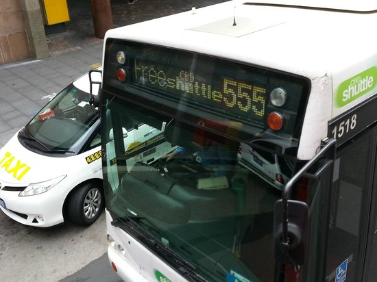 Meriton Serviced Apartments Campbell Street: FREE SHUTTLE BUS IN FRONT OF THE HOTEL