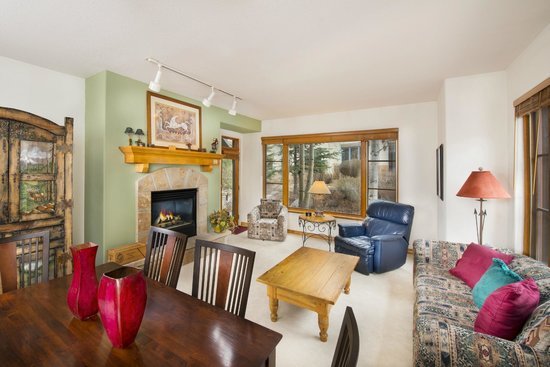 Arrowhead Village Condominiums : Living Area