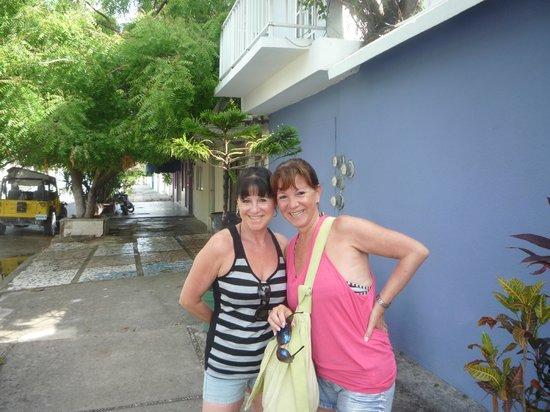 Caribo Cozumel: Con mi amiga en la puerta de B&B