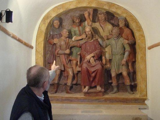 Sacro Monte di San Vivaldo : Our tour guide describing the scenes