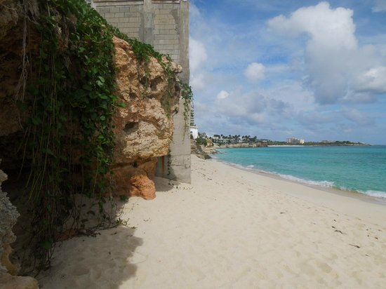 Dany's Beach Bar: The foundation of a house over the cliffs that line the beach