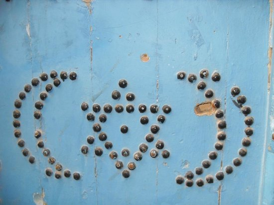 Medina de Túnez: detalle estrella judía y luna musulmana en detalle en una puerta