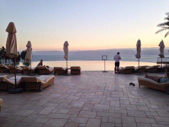 Kempinski Hotel Ishtar Dead Sea : Infinity pool