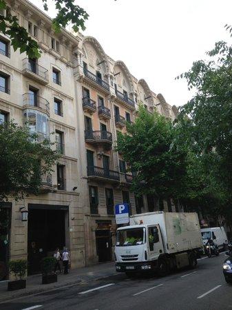 Hostal Ciudad Condal: Вид с улицы на хостел - внимательно ищите номер дома!!! Иначе можно просто пройти мимо!)))