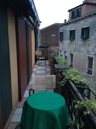 Hotel La Fenice Et Des Artistes: Varanda