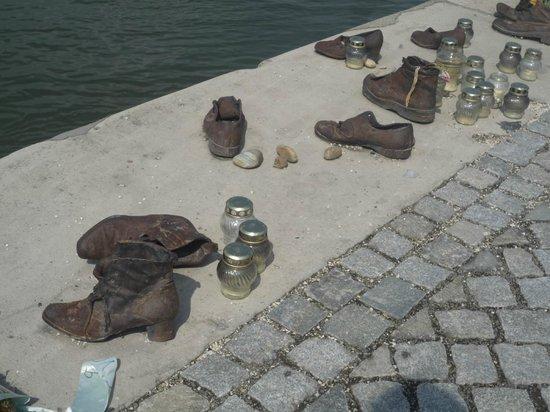 Shoes on the Danube Bank: Τα παπούτσια δεν είναι των θυμάτων όπως νομίζουν μερικοί, αλλά κάποια που συγκεντρώθηκαν αργότερ