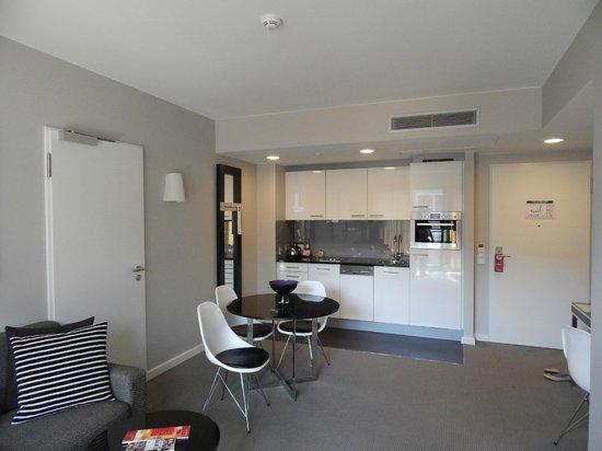Adina Apartment Hotel Hamburg Michel: Living area/kitchenette