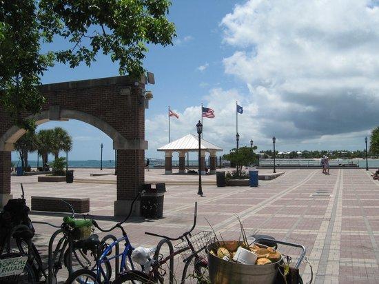 Memorial Sculpture Garden: Plaza just outside of entrance