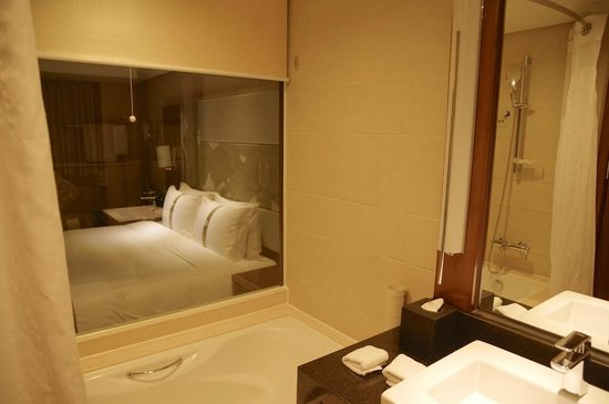 Holiday Inn Qingdao City Centre: La salle de bain