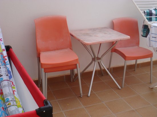 Club Caleta Dorada : Old and unattractive patio furniture