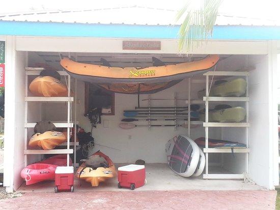Hatchet Caye Resort: Outside of activity center