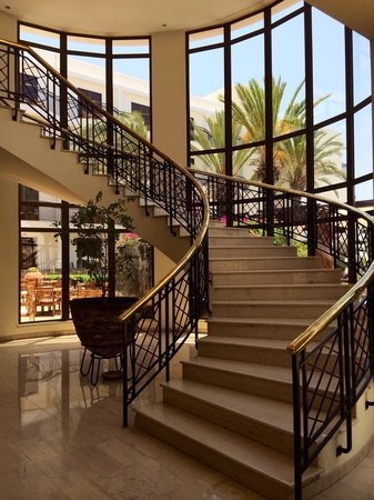The Annabelle: Staircase connecting the Fontana Restaurant to the Lobby Reception