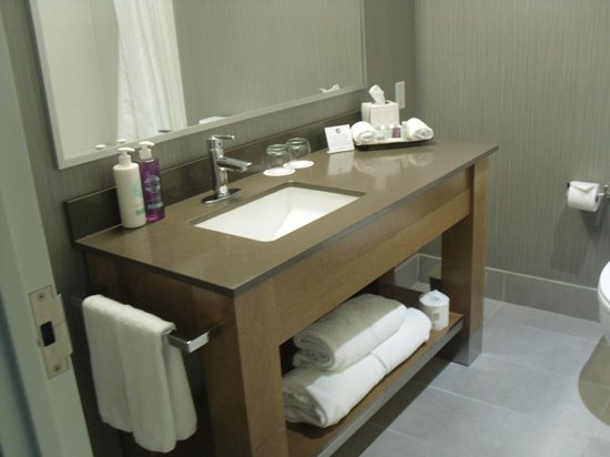 Coast Coal Harbour Hotel: Bathroom