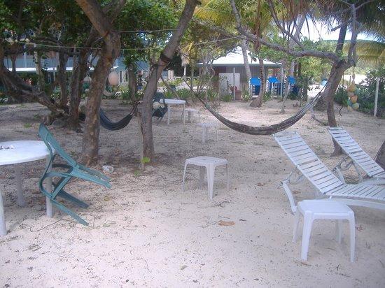 Villa Flamenco Beach: Sillas de playa, hamacas,mesas, grill ,duchas externas para la arena